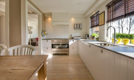 Jak dbać o lakierowaną podłogę drewnianą?